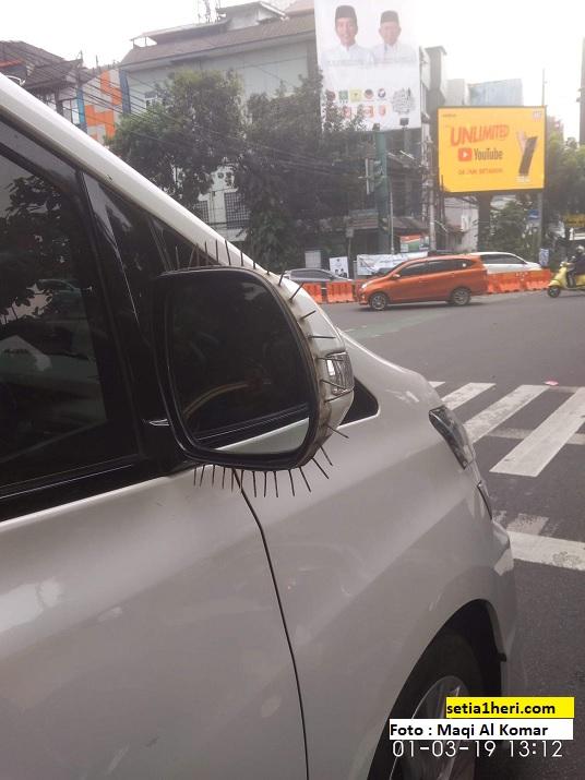 greget banget...spion mobil Toyota Alphard ini dilapisi paku brosis.....xixixi