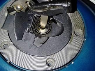 Cara alternatif membuka tutup tangki BBM sepeda motor bila karatan..