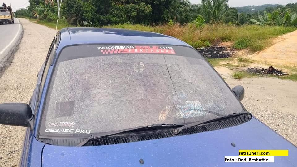 Kaca mobil starlet bagian depan pecah saat hujan (1)