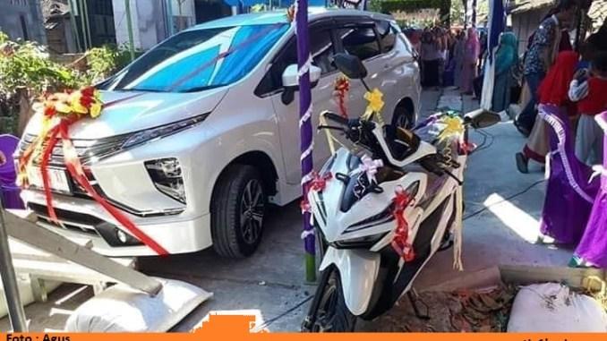 barang maskawin dan seserahan pengantin berupa mobil dan sepeda motor di demak jawa tengah