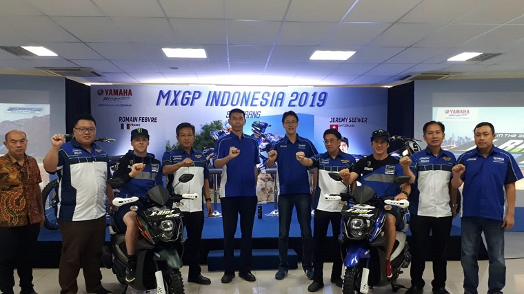 Management PT YIMM bersama rider Romain Febvre dan Jeremy Seewer saat launching X-ride warna baru