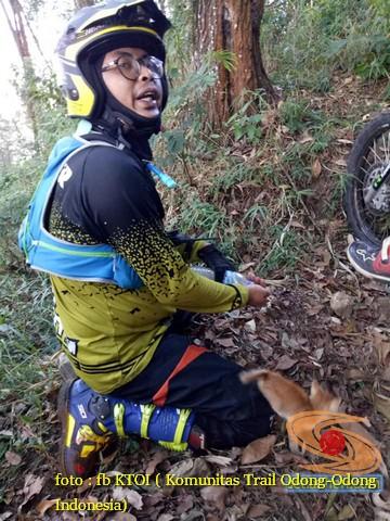 Saat ngetrail dihutan, biker ini selamatkan kucing yang tersesat. keren brosis...