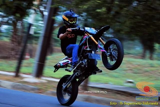 Kumpulan foto supermoto sedang gaya setending alias wheelie brosis (4)
