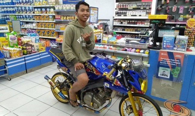 Motor-motor kece yang nongkrong dan masuk belanja di toko ritel...wkwkwkwk (1)