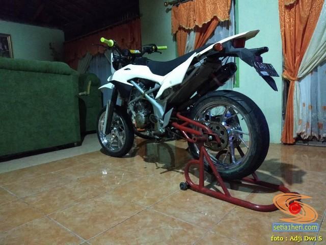 Modifikasi Honda CB150R menjadi supermoto