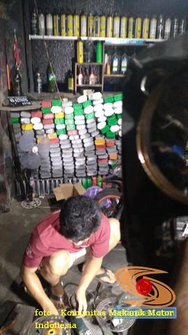Kumpulan Botol bekas oli motor di bengkel, dijual utuh atau digunting dulu gans