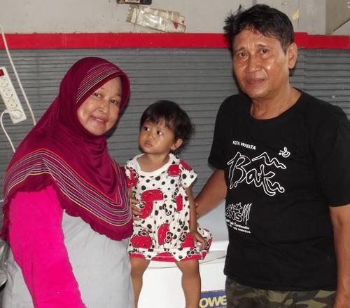 Ibu Lusiana bersama suami dan cucu