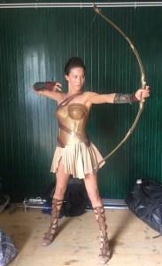 Alicia Vela-Bailey com uma roupa de Amazona entre as filmagens