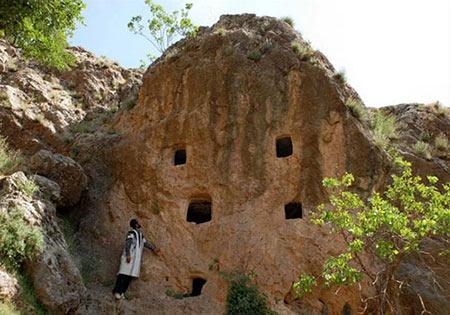 دخمه های باستانی «بَردگوری» در چهارمحال بختیاری