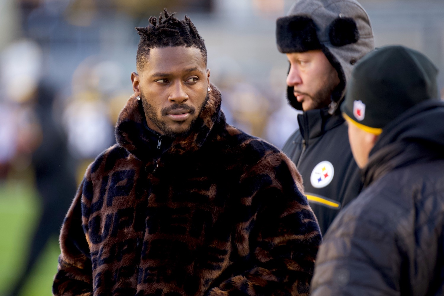 b6e940b731a Antonio Brown sat out week 17 against the Cincinnati Bengals. Steelers head  coach Mike Tomlin said that Brown sat out due to a lower knee injury.