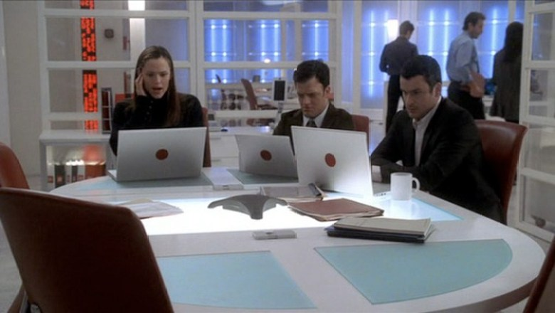 Alias-TV-Show-good-guys-and-gals-use-Apple-Laptops