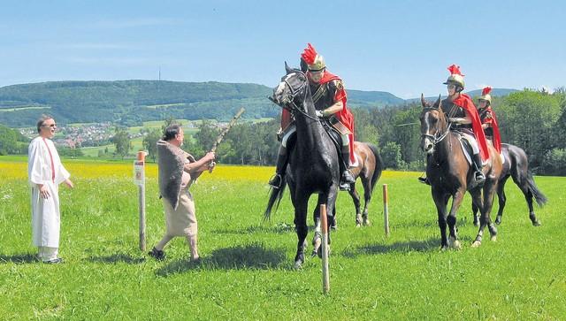 Der Germane (Uli Jankowski) wehrt sich gegen die Befreiung Caracallas (Günter Ensle l.), hat gegen die römischen Reiter aber keine Chance.