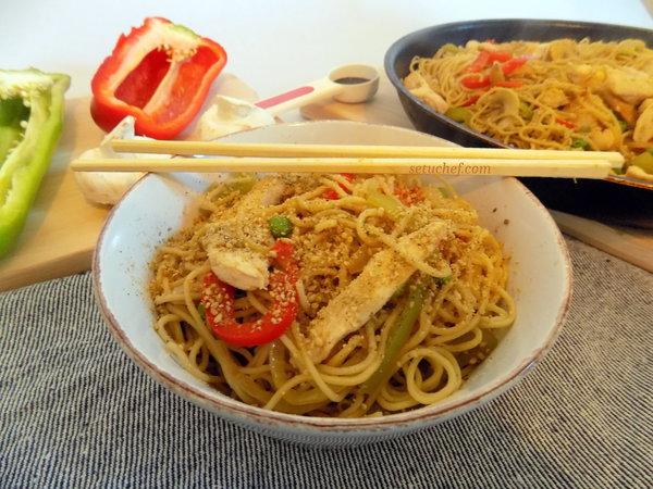 Noodles de verduras y pollo