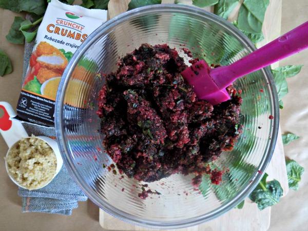 mezcla-con-espinacas-hamburguesas-de-quinoa-y-remolacha