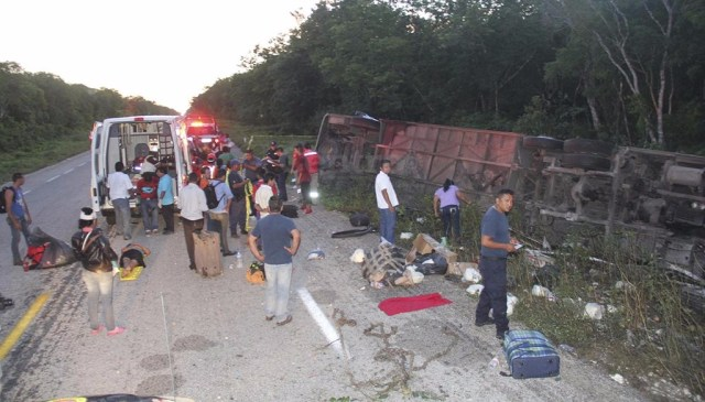 Nueve muertos y 20 heridos por volcadura en Quintana Roo
