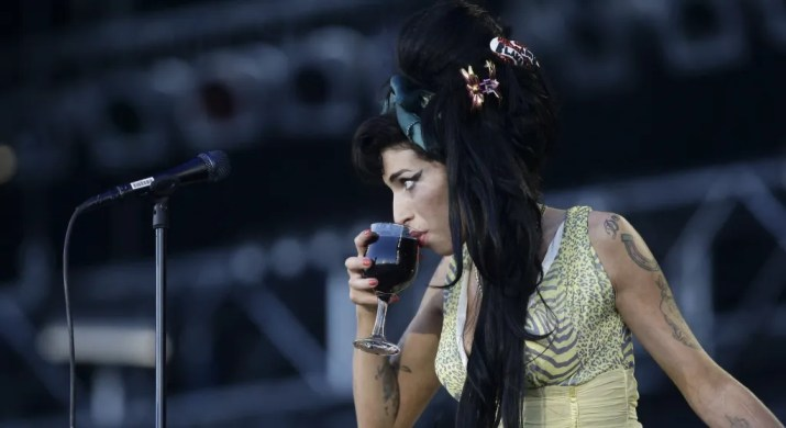 amy-winehouse-bebiendo