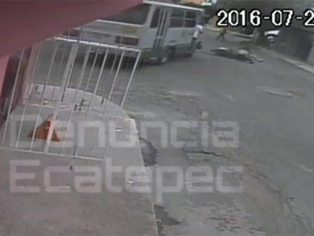 VIDEO: Microbús atropella a jóvenes en moto y escapa