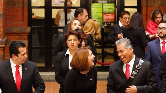 Siguen llegando familiares al ayuntamiento de Toluca
