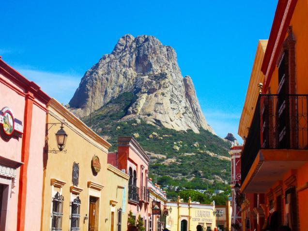 La Peña de Bernal es el tercer monolito más grande del mundo, luego del Peñón de Gibraltar en el mar Mediterráneo y del Pan de Azúcar en Río de Janeiro, Brasil. Foto: escapadaspiratas.mx