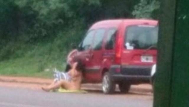 Una mujer se desnuda en plena calle para que su novio no la deje