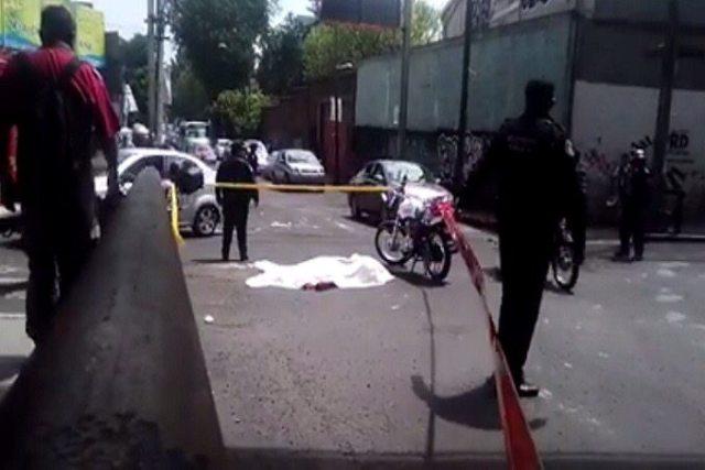 Camión de construcción atropella y mata a motociclista