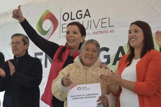 Olga Esquivel entrega luminarias para mejorar la seguridad de las familias de Zinacantepec