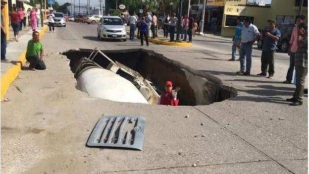 Revolvedora de concreto cae a socavón en Tamaulipas
