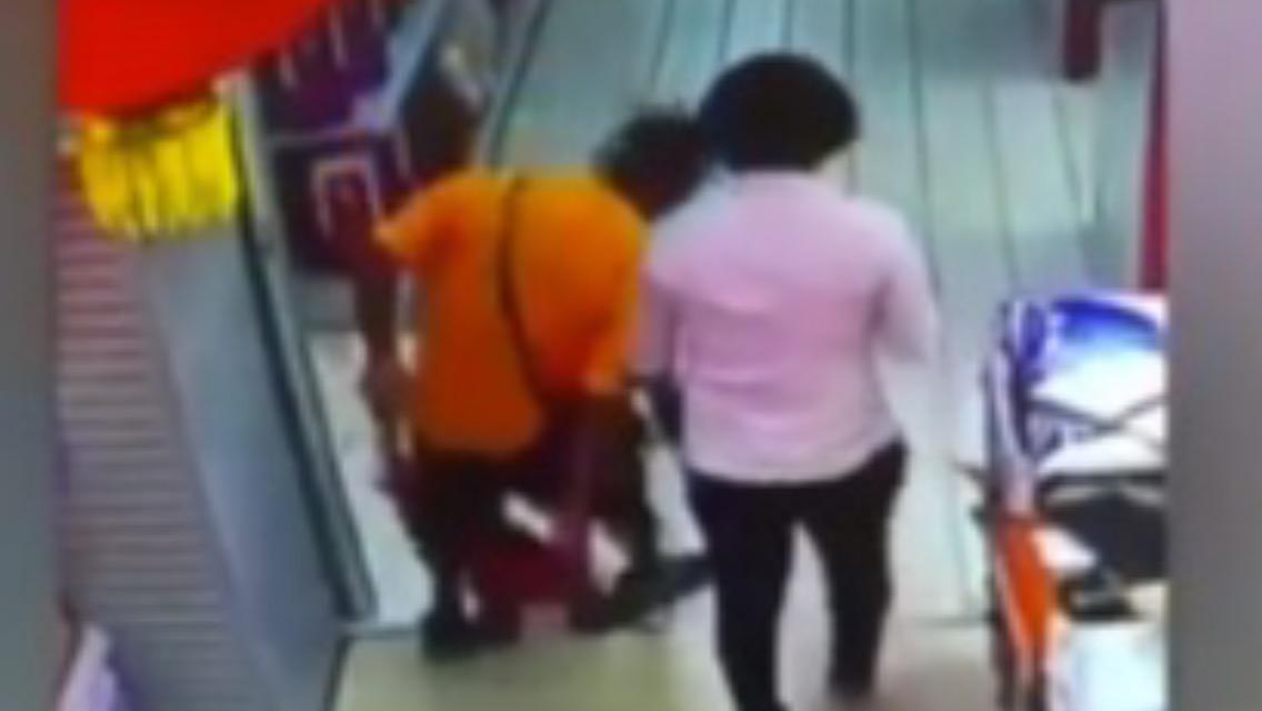 Padre mata a su hijo por accidente (video)