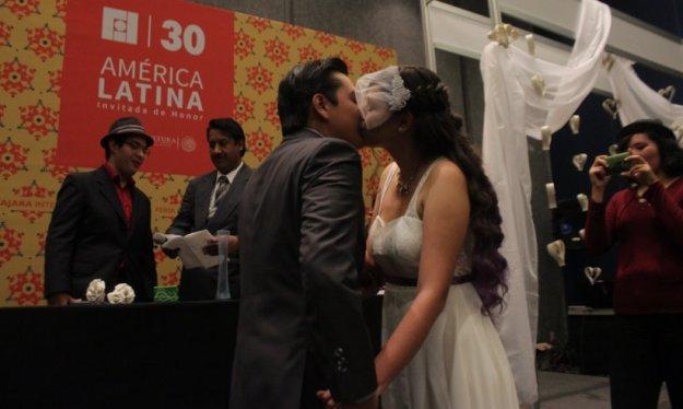 Pareja aprovecha la FIL de Guadalajara para casarse
