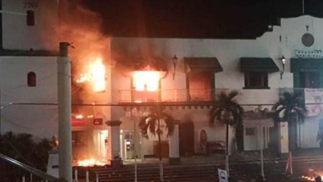 Pobladores queman palacio por la desaparición de un cura en Catenaco, Veracruz