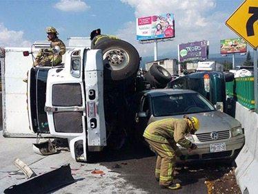 Tráiler vuelca y aplasta dos vehículos en la México-Cuernavaca