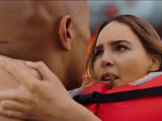 """""""La Roca"""" salva a Belinda en tráiler de """"Baywatch"""""""