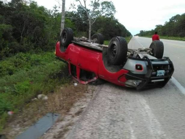 Vuelca camioneta con familia entera; siete heridos