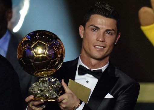 Cristiano ofrece su Balón de Oro al público del Bernabéu