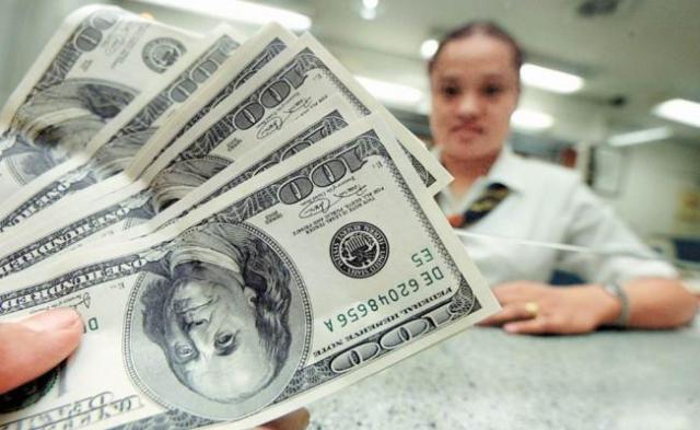 Dólar se vende hasta en $23.00 en el aeropuerto capitalino