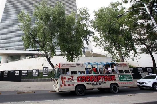 Hacen 'corruptour' en la CDMX: visitan Estela de Luz, el Senado, la Casa Blanca entre otros