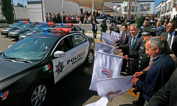 Entrega FZMpatrullas y equipamiento a policías de Toluca