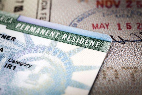 Orden ejecutiva de Trump podría afectar a titulares de 'Green Card'