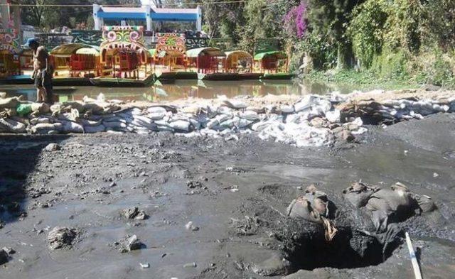 Por grieta se seca embarcadero de Xochimilco