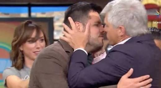 Con tremendo beso se despidió Lisardo de Hoy