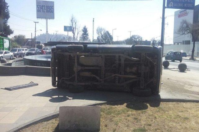 Por exceso de velocidad vuelca camioneta en Metepec