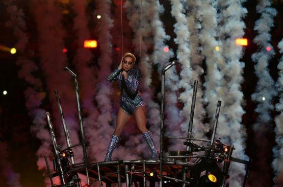 Vuela Lady Gaga enel show del medio tiempo del Super Bowl LI