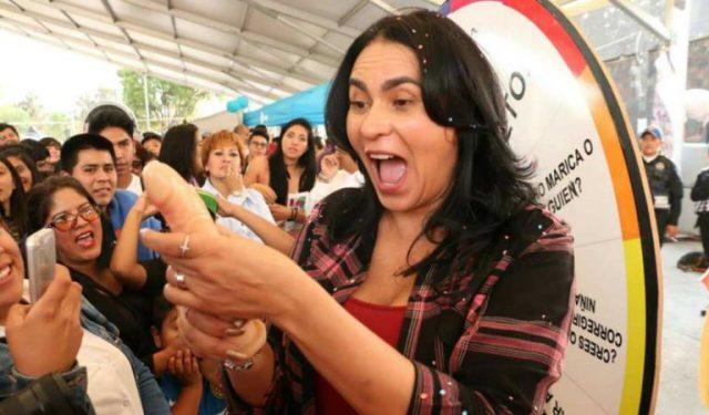 FOTOS: Delegada de Iztapalapa muestra como poner condón con la boca