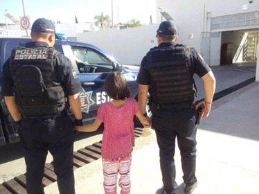 Niña escapa de casa; su madre y padrastro la maltrataban