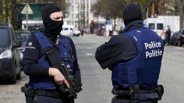 Un hombre intenta entrar en una calle comercial de Amberes con un coche a gran velocidad y es detenido