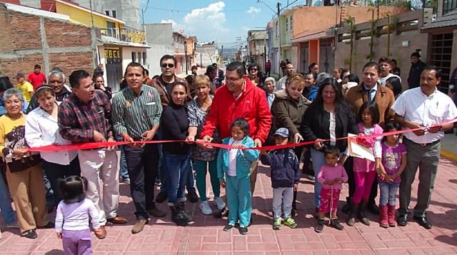 Entregan pavimentación, banquetas y guarniciones de la calle Laguna de Tlachaloya
