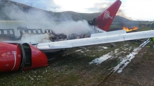 Avión con 141 pasajeros se despista e incendia en aeropuerto de Peru