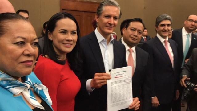 Del Mazo presenta solicitud de registro ante el IEEM; dice sí a los debates