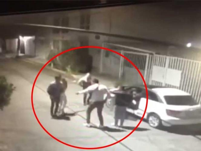 Con violencia roban auto de pareja en Tlalnepantla