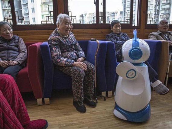 Robots se encargan del cuidado de niños y ancianos en China